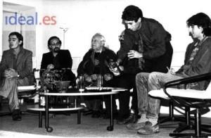 """En 1986 con Luis García Montero, Javier Egea, Rafael Alberti, Martín Olid, Joaquín Sabina y Benjamín Prado en la presentación, en el Palacio de los Condes de Gabia de la colección """"Maillot Amarillo"""". Charo Valenzuela/Archivo de IDEAL"""