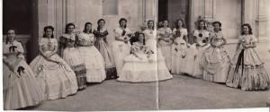 'Corte de amor'.  Las bellísimas señoritas que forman la corte de honor rodean a María del Pilar Ibáñez, hija del ministro de Educación y reina de los Juegos. /Torres Molina