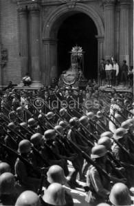 Soldados desfilan ante las Angustias en la procesión de 1940. Torres Molina/Archivo de IDEAL