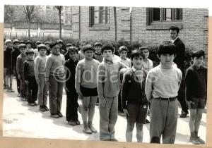 Alumnos de los Maristas forman fila para entrar a clase en una imagen de 1972. Torres Molina/Archivo de IDEAL